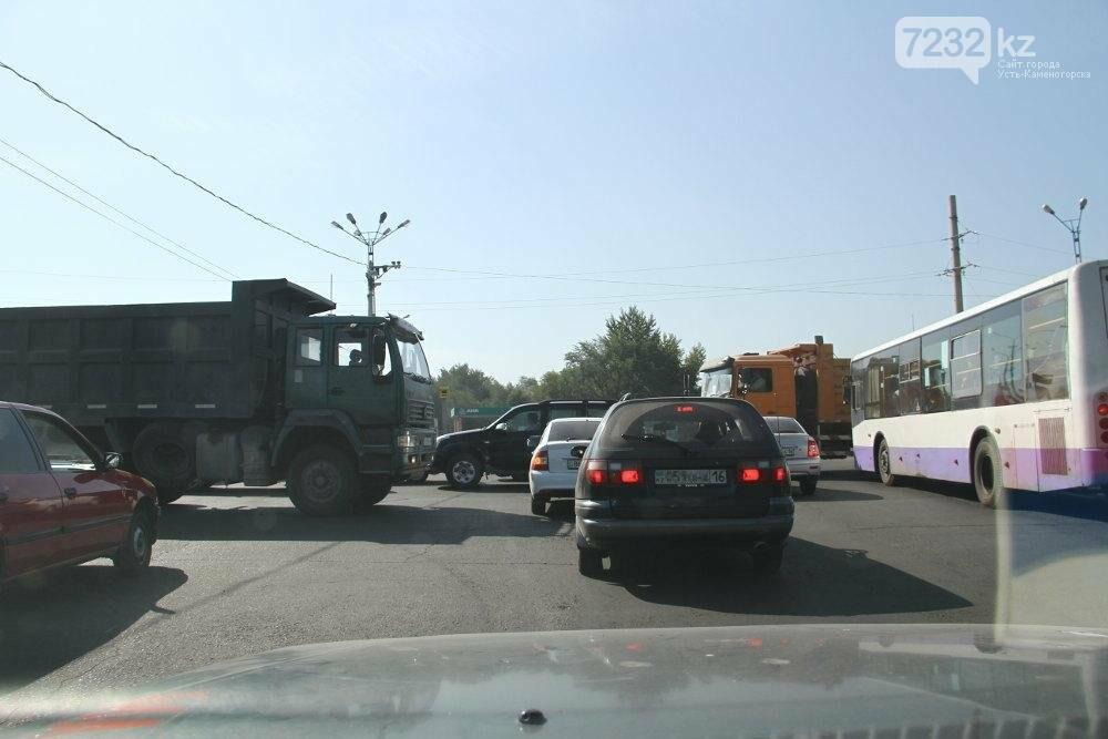 Из-за отключения светофоров в левобережной части Усть-Каменогорска случился транспортный коллапс, фото-1