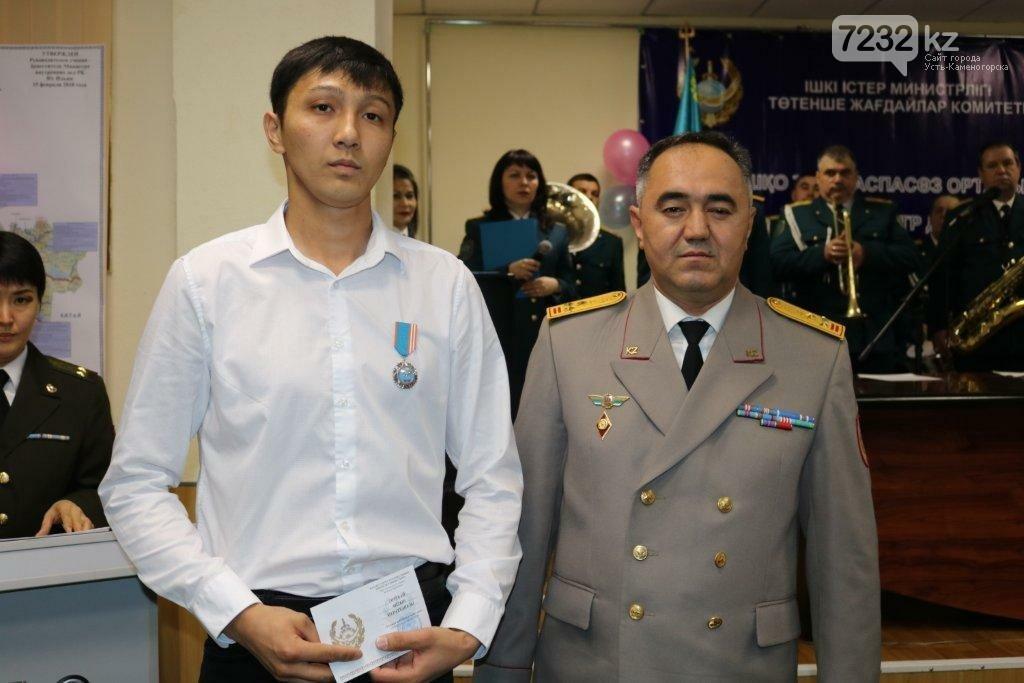 В ВКО наградили троих мужчин, которые спасли тонущих на Иртыше, фото-3